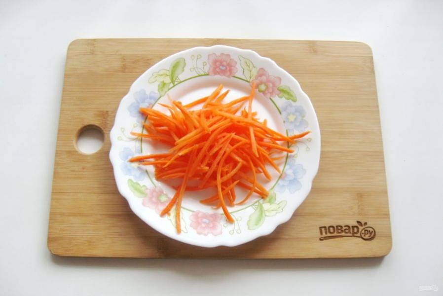Морковь очистите, помойте и натрите на терке для моркови по-корейски или нарежьте тонкой соломкой.