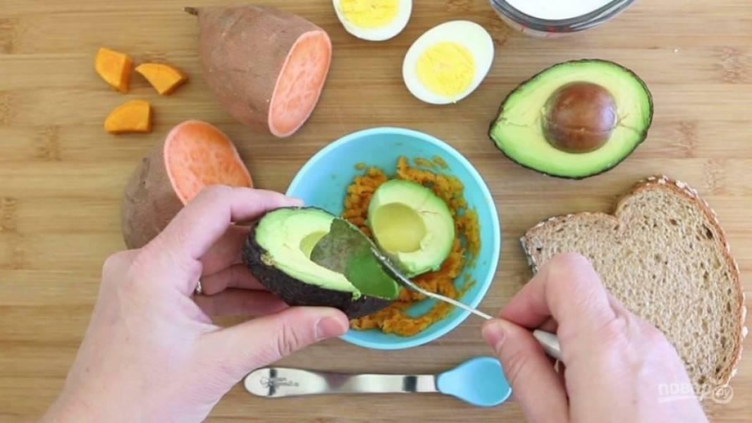 3. После этого картофель разотрите вилкой. Добавьте мякоть авокадо.