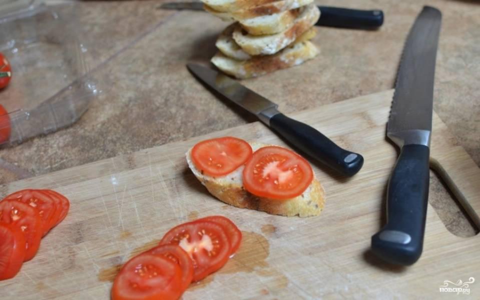 Не очень толстыми ломтиками нарезаем багет и помидоры.