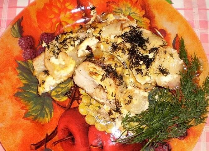 Готовое блюдо выкладываем на тарелки, поливаем соком лимона и подаем к столу. Приятного аппетита!