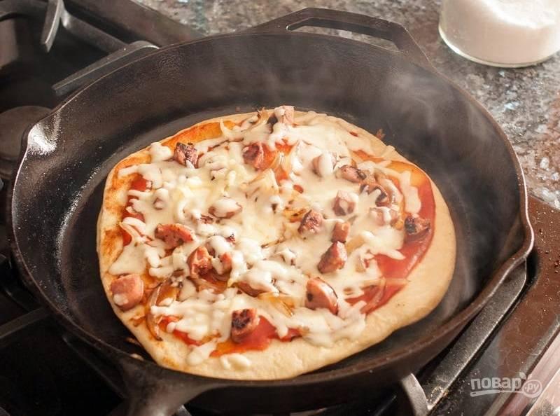 9.Готовьте пиццу 4-5 минут, а затем откройте крышку, добавьте по вкусу соль и специи.
