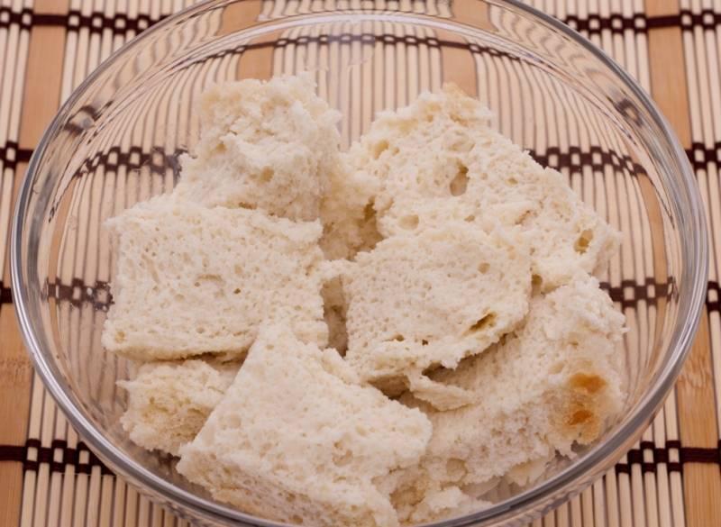 Срезаем у белого хлеба корочки и заливаем его молоком, оставляем размокать.