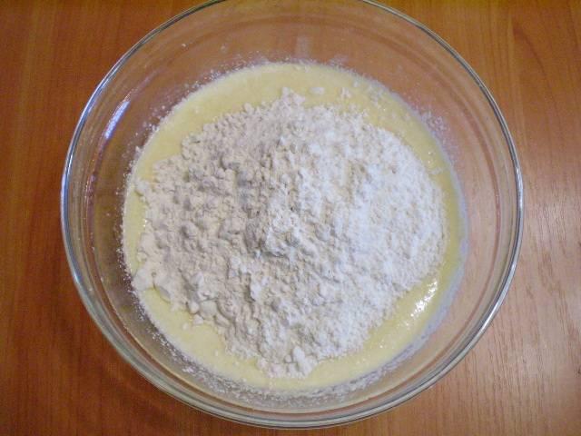 4. Вливаем кефир, добавляем муку и соду. По желанию - ванилин. Соду лучше погасить уксусом, если кефир недостаточно кислый.