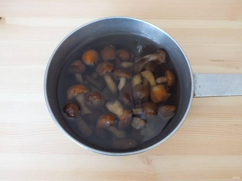 Подготовленные грибы промойте, залейте водой (чтобы она покрыла грибы целиком), добавьте лимонную кислоту и оставьте на 15 минут.