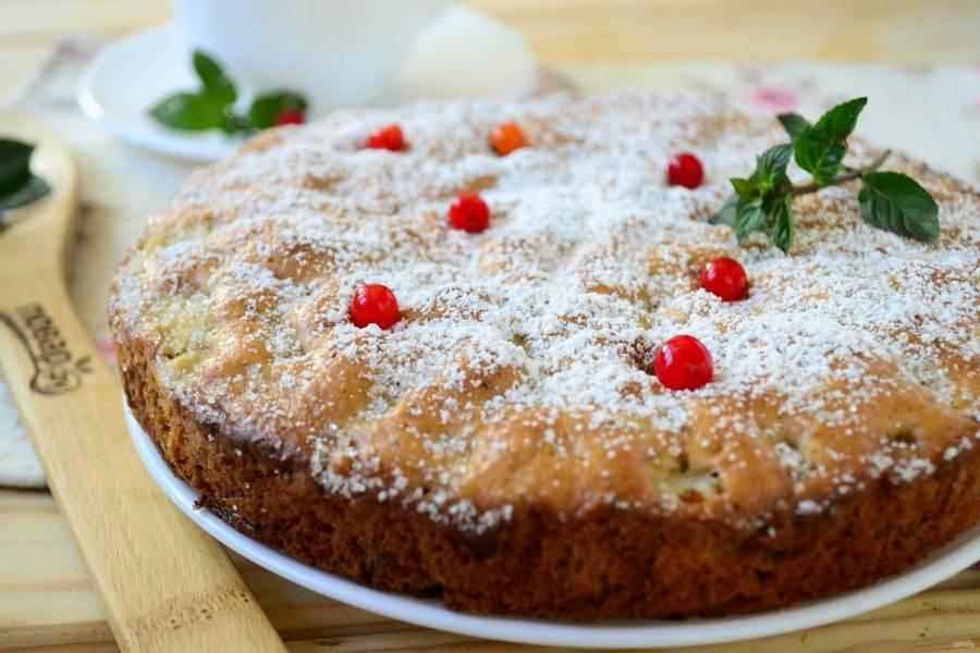 Готовый пирог присыпьте сахарной пудрой и украсьте ягодами калины и мяты. Приятного чаепития!