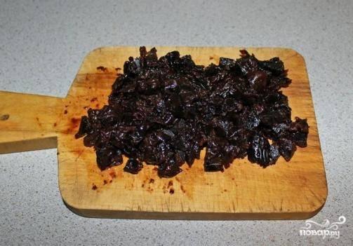 Чернослив необходимо промыть, если он очень сухой — залить кипятком на минут 5, а потом нарезать кусочками.