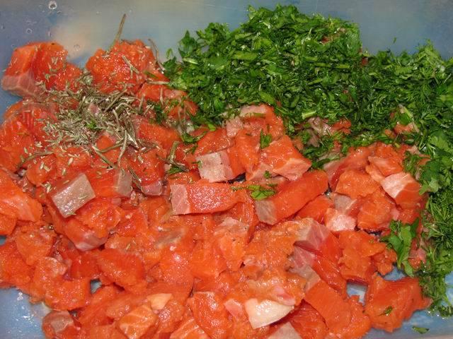 1. Рыбку вымыть и немного обсушить, нарезать мелкими кубиками. В рецепт приготовления пирожков с красной рыбой можно использовать форель, лосось или семгу, например.