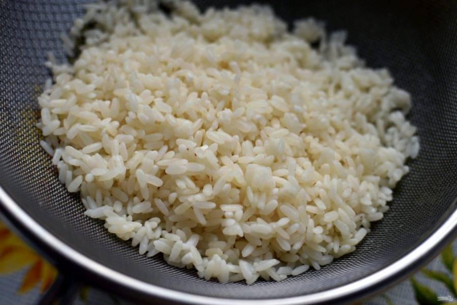 Рис для ежиков промойте и залейте кипятком на 3 минуты. Затем воду слейте и немного обсушите рис на сите.