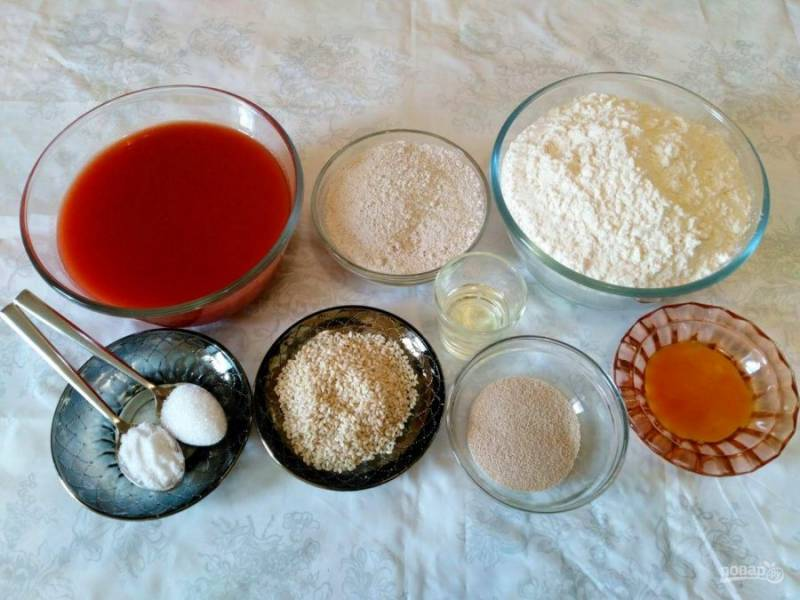 Подготовьте все продукты, необходимые для приготовления булочек на томатном соке. Добавление ржаной муки не является обязательным, её можно заменить пшеничной.