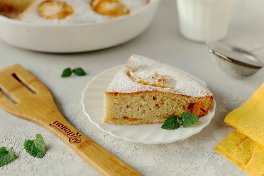 По желанию посыпаем пирог сахарной пудрой или поливаем шоколадной глазурью и подаем к столу. Приятного аппетита!