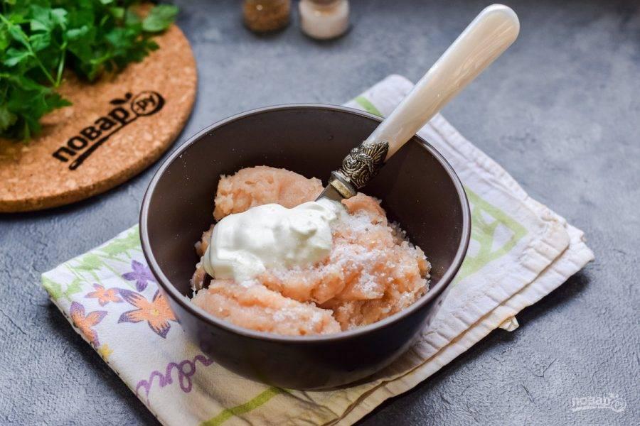 В фарш добавьте ложку сметаны, соль и перец по вкусу, перемешайте.