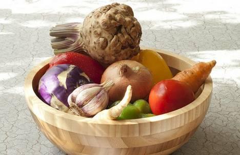 Первым делом подготовим все необходимые для бульона овощи.