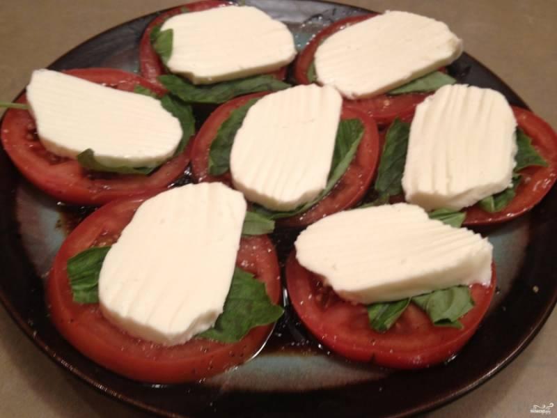 3. Теперь сверху выкладываем сыр ломтиками, сбрызгиваем все оливковым маслом — и можно подавать к столу!