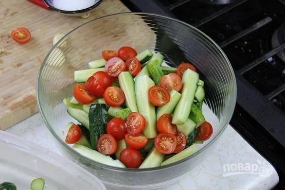 4. Туда же добавьте нарезанные половинками помидоры.