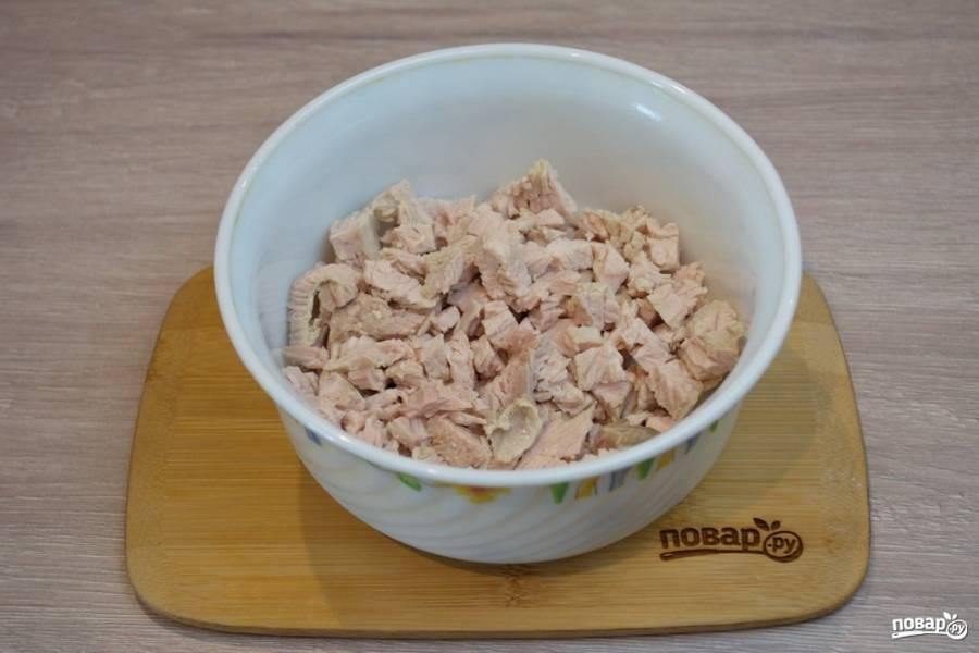 Для приготовления салата Красный петух нам необходимо взять мясо птицы. Это может быть индейка, куропатка, куриное мясо, цесарка. Отлично подойдет так называемое красное мясо. Отварите мясо и нарежьте кубиком.