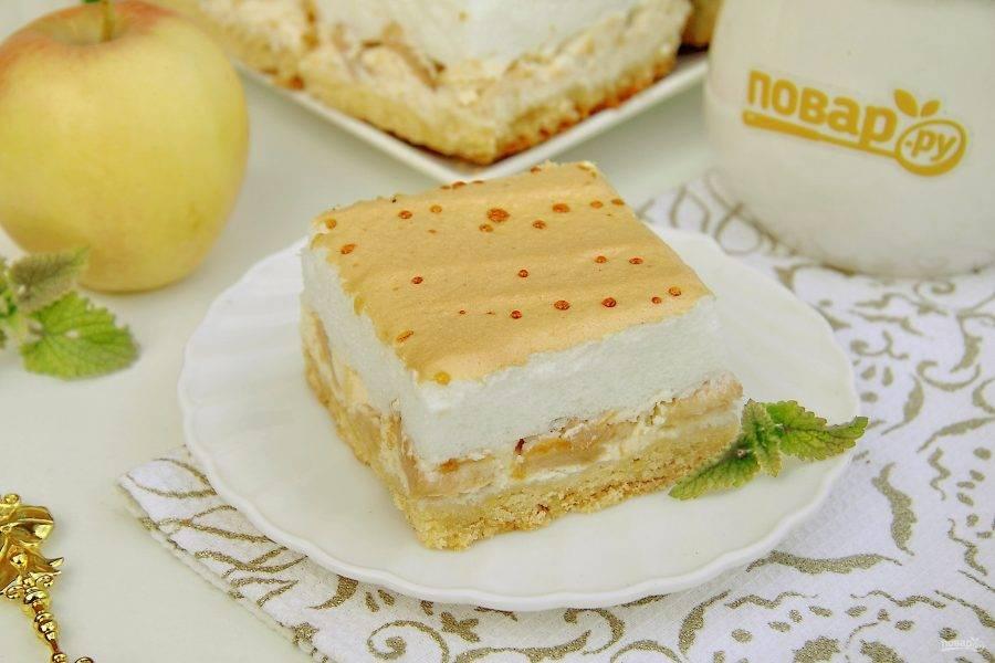 Королевский пирог с творогом и яблоками готов. Дайте ему полностью остыть, после чего нарежьте на порционные кусочки и подавайте к столу. Приятного аппетита!