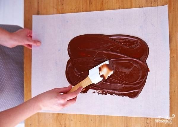 9. Тем временем можно приготовить украшения. Приготовьте шоколадную глазурь и нанесите ее тонким слоем на пергамент.