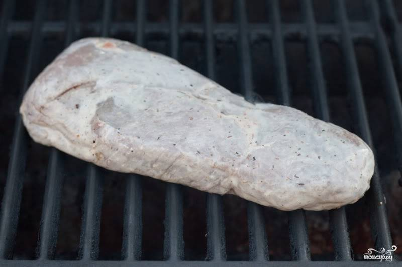 Очистите стейк от лишнего маринада.