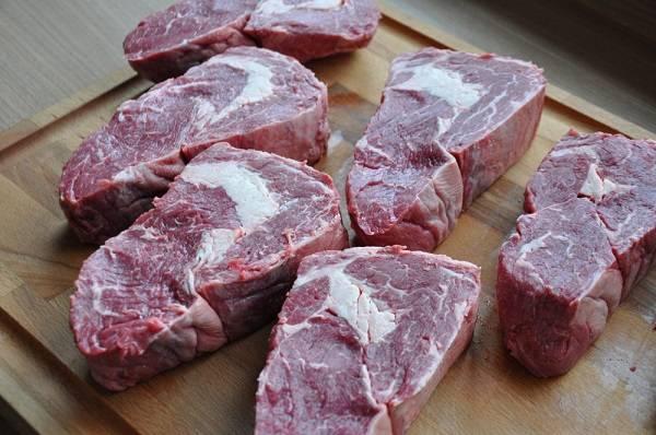 1. Мясо нужно вымыть под проточной водой, затем хорошо обсушить бумажным полотенцем и оставить на некоторое время.