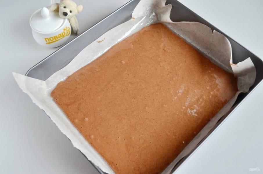 8. Противень застелите пергаментом, размер моего противня 22 на 26 см, смажьте растительным маслом. Перелейте тесто, разровняйте лопаткой.