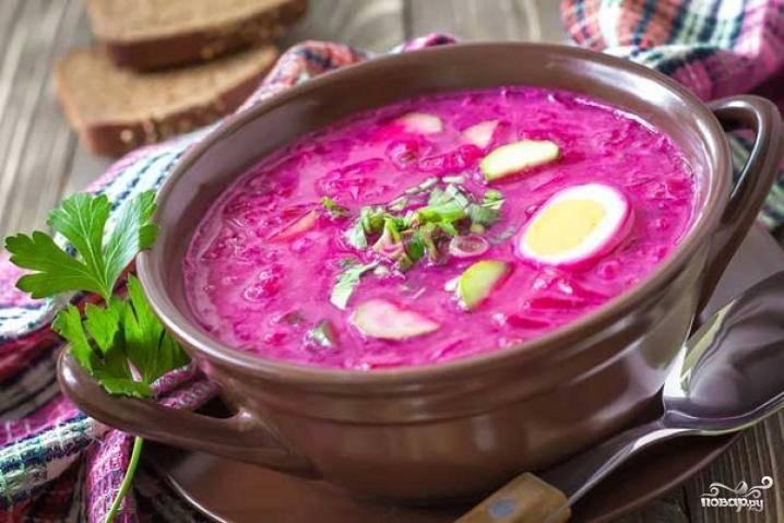 Как только вода со свеклой станет розового цвета, добавьте в неё все ингредиенты. Украсьте холодник яйцами. При подаче положите в каждую порцию сметану.