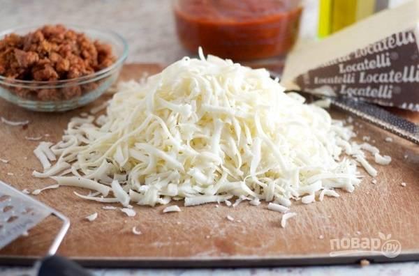3. Для мясной начинки можно использовать фарш или итальянские сосиски, например. Моцареллу натрите на среднего размера терке.
