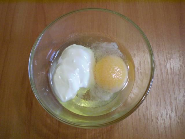 5. Смешиваем сырое яйцо со сметаной и солью.