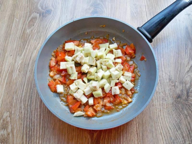 Добавьте в сковороду порезанные баклажаны и тушите все в течение 7-10 минут, до готовности баклажан, перемешивая.