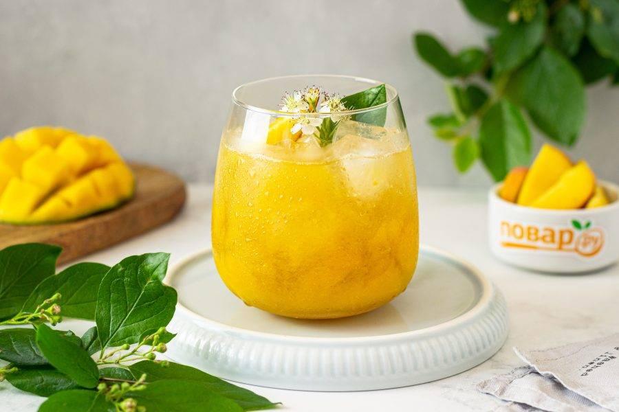 Влейте коктейль в стакан. Сверху по желанию можно украсить ломтиками персика.