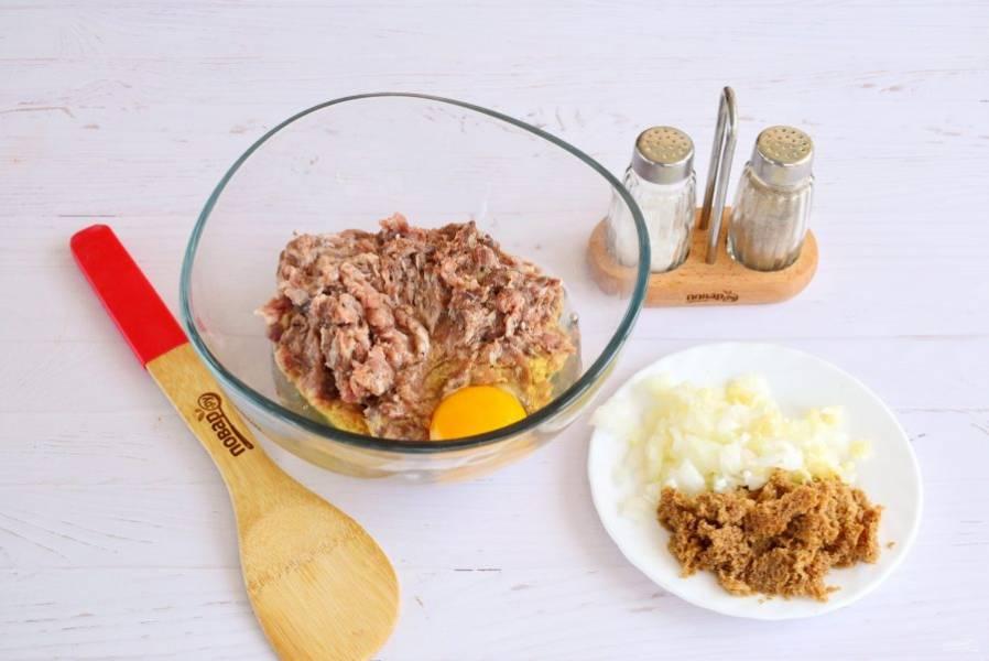 Лук, чеснок очистите, измельчите. Ржаной хлеб замочите в воде, раскрошите. Соедините все с фаршем, добавьте яйцо, соль и перец по вкусу. Тщательно перемешайте до однородности.
