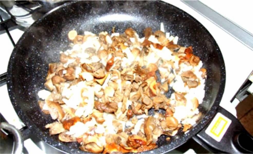 4. Теперь, пока лук с чесноком обжариваются, волнушки нужно крупно нарезать. После чего отправить на жарку в сковороду на 5-7 минут.