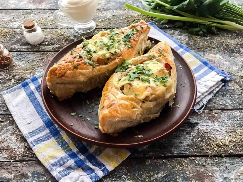 Лодочки из слоеного теста с картофеле готовы. Переложите лодочки на блюдо и подавайте к столу.