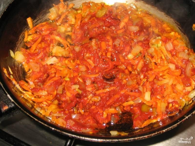 Выложить томатную пасту и специи, перемешать, готовить еще 3-4 минуты.