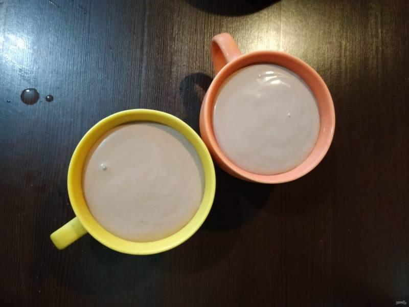 Ягодное желе в чашках уже немного схватилось, пора добавлять желе из йогурта. Наполните еще одну треть чашки и отправьте на холод.