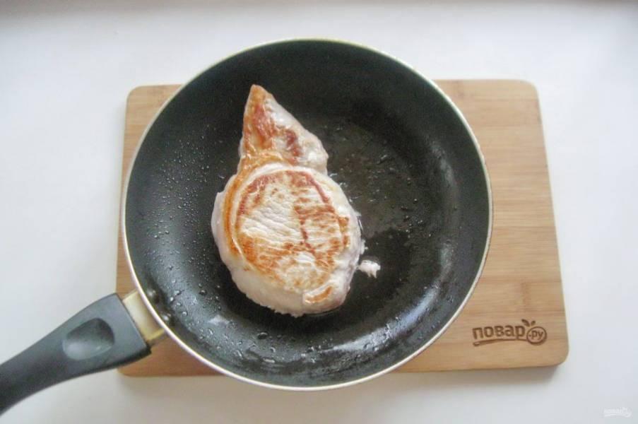 Свиную корейку помойте, обсушите  салфеткой и поджарьте в сковороде до легкой румяной корочки.