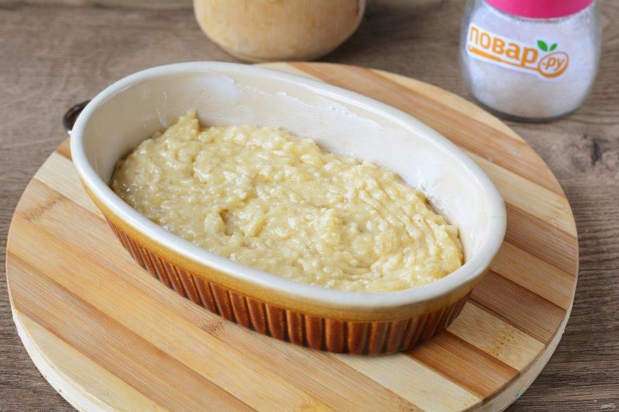 Смажьте форму для выпечки оставшимся сливочным маслом, выложите тесто и разровняйте.