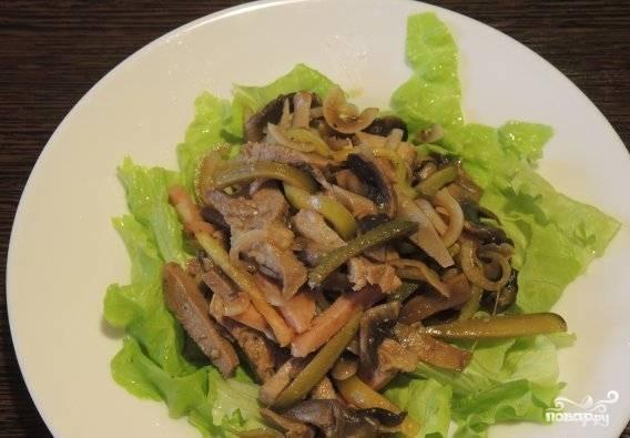 Перемешайте салат. Выложите его для подачи на промытые листья. Приятного аппетита!