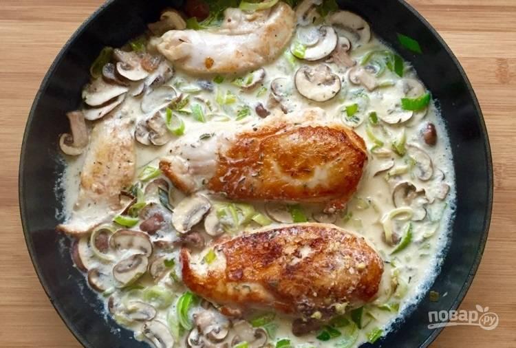 4.Смешайте вино и сливки, вылейте смесь в сковороду, добавьте горчицу, тушите все на слабом огне после закипания 4-5 минут.