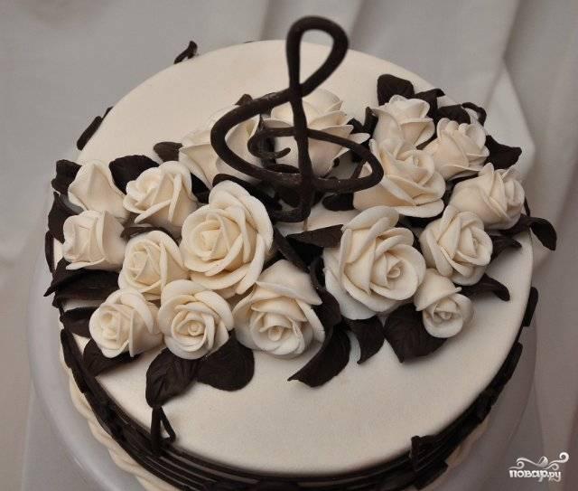 Украсьте торт розами, лепестками, нотами. Приятной дегустации!
