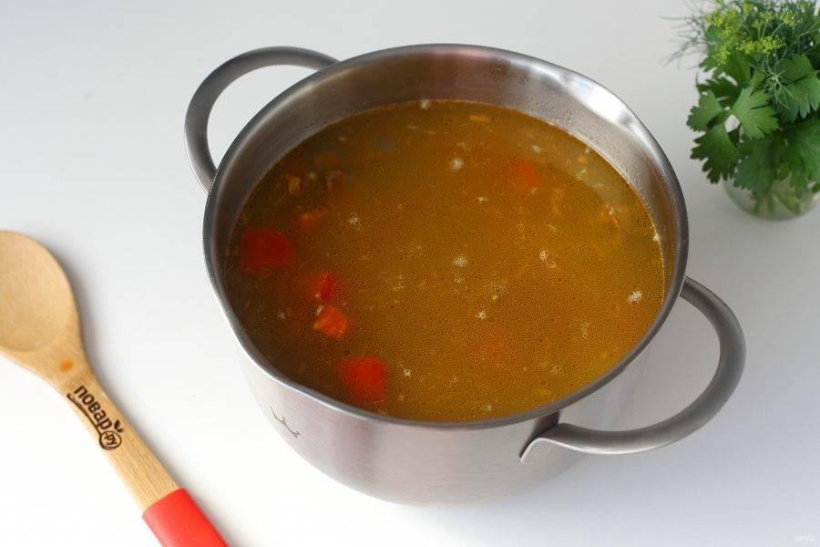 Затем добавьте картофель, овощную зажарку, специи по вкусу, варите суп до готовности всех ингредиентов.