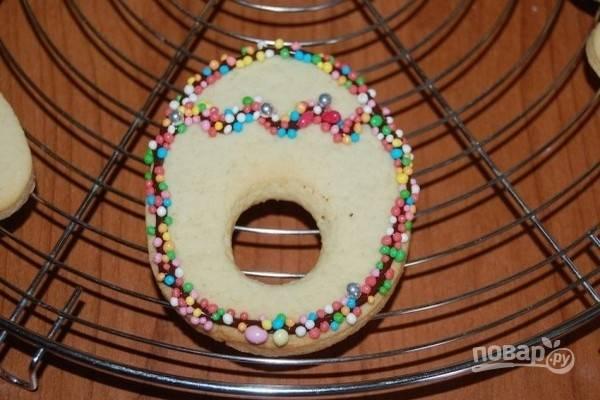 9.Дайте постоять минуту — и переверните печенье, чтобы убрать излишки посыпки. Дайте шоколаду полностью затвердеть.