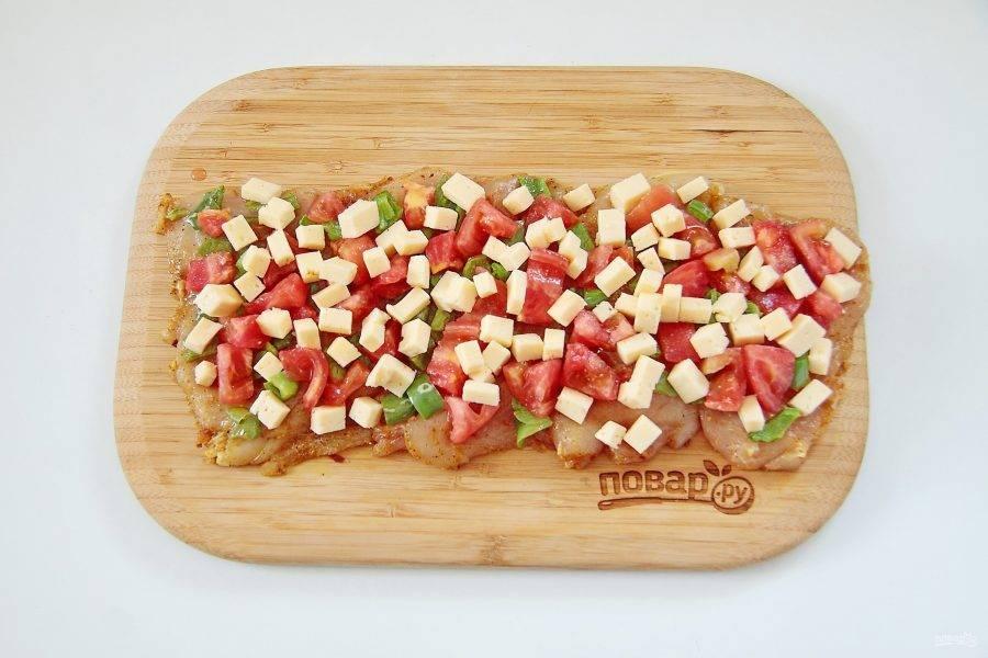 Выложите нарезанный кубиками сыр.