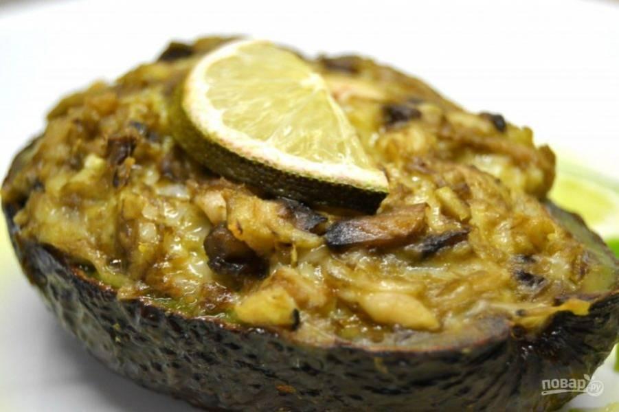 13.Запекайте авокадо в разогретой до 180 градусов духовке 15 минут. Подавайте закуску сразу или после остывания.