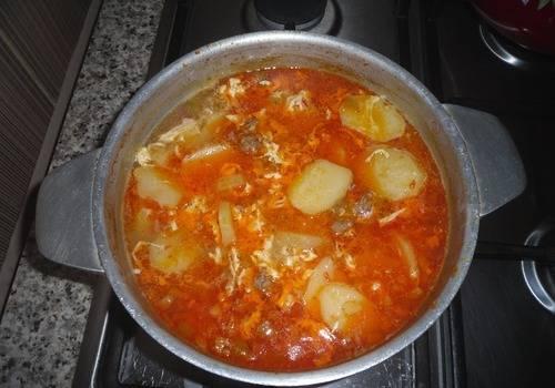Убираем кастрюлю с супом с огня, даем ему настояться минут 10.