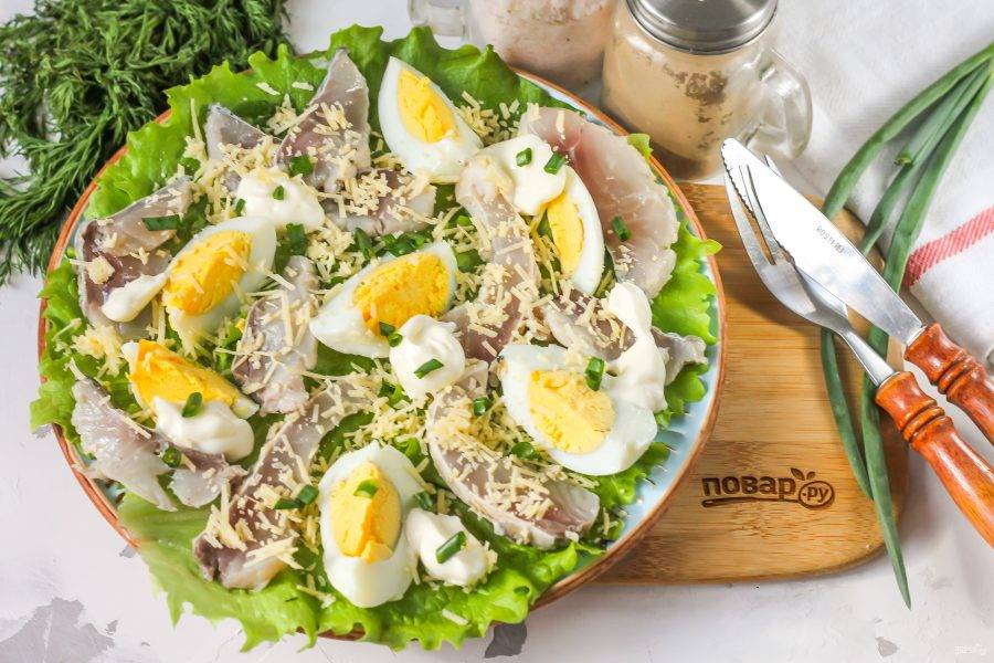 Присыпьте салат тертым сыром или нарежьте его брусочками. Выложите нарезку между другими ингредиентами. Добавьте майонез любой жирности.
