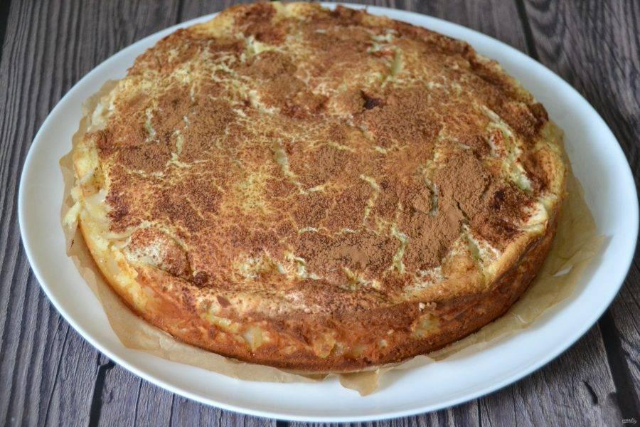 Дайте пирогу остыть до комнатной температуры, аккуратно извлеките его из формы.