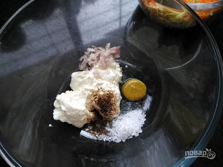 2. В отдельной миске смешайте творог, черный перец, лимонный сок, горчицу, сахар и измельченный лук.