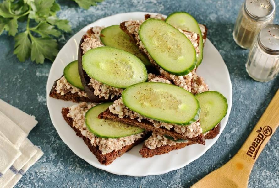 Бутерброды с тунцом готовы. Приятного аппетита!
