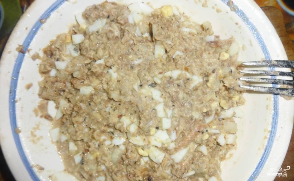 1. Два яйца отварим и остудим. Рыбу перетираем в пюре с яйцами, добавим измельченный лук и, если нужно, специи. Начинка готова!