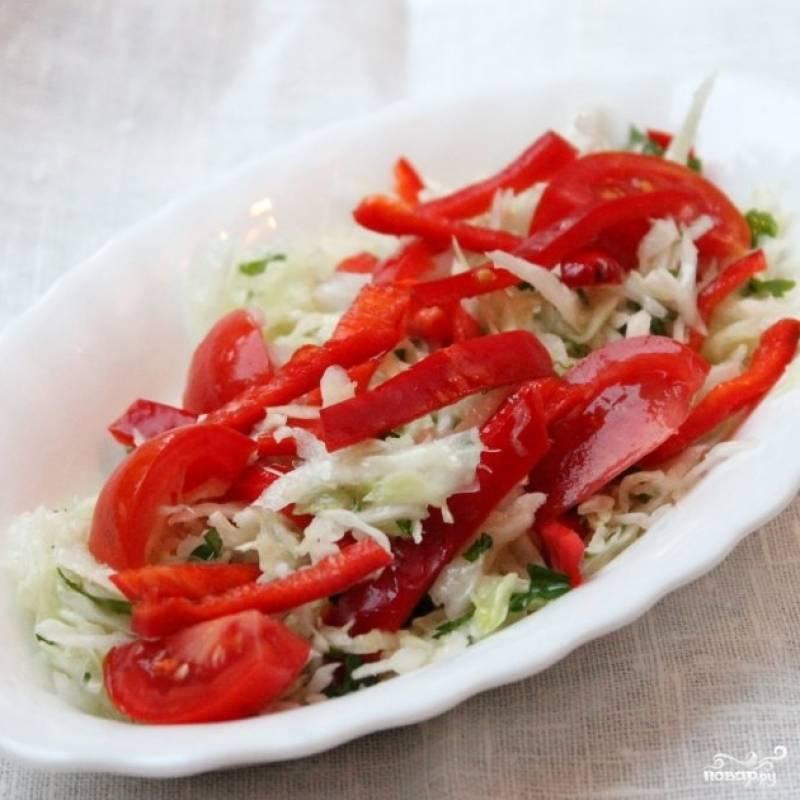 Смешать капусту, помидоры и перцы. Заправить солью и оливковым маслом, посыпать зеленью. Витаминный салат из капусты - легкий летний салат, в котором содержится суточная норма многих необходимых человеку витаминов и минералов. Витаминный салат из капусты готов!